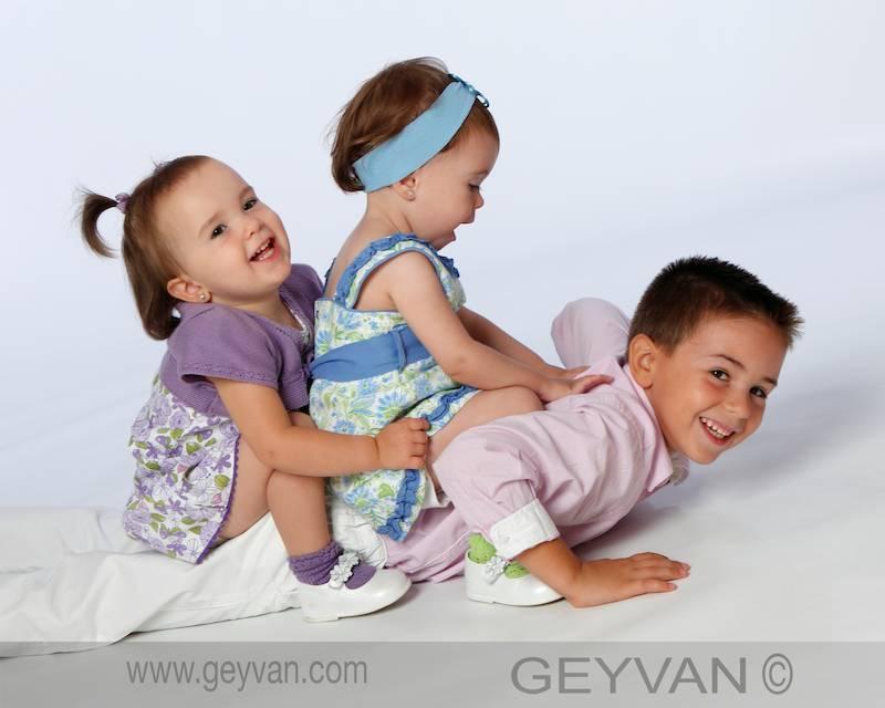 Adrián con su hermana Marta y su prima Lucía